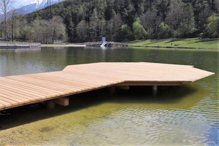 Rechtzeitig vor Beginn der Badesee wurden alle Stege am See erneuert. Foto: BadeseeMieming