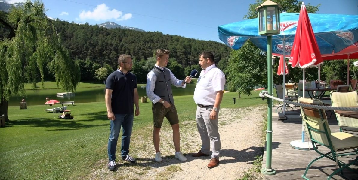 Philipp Wachter von Oberland-TV im Gespräch mit Manfred Krug und Martin Kapeller zum Saisonauftakt am BadeseeMieming. Foto: OberlandTV